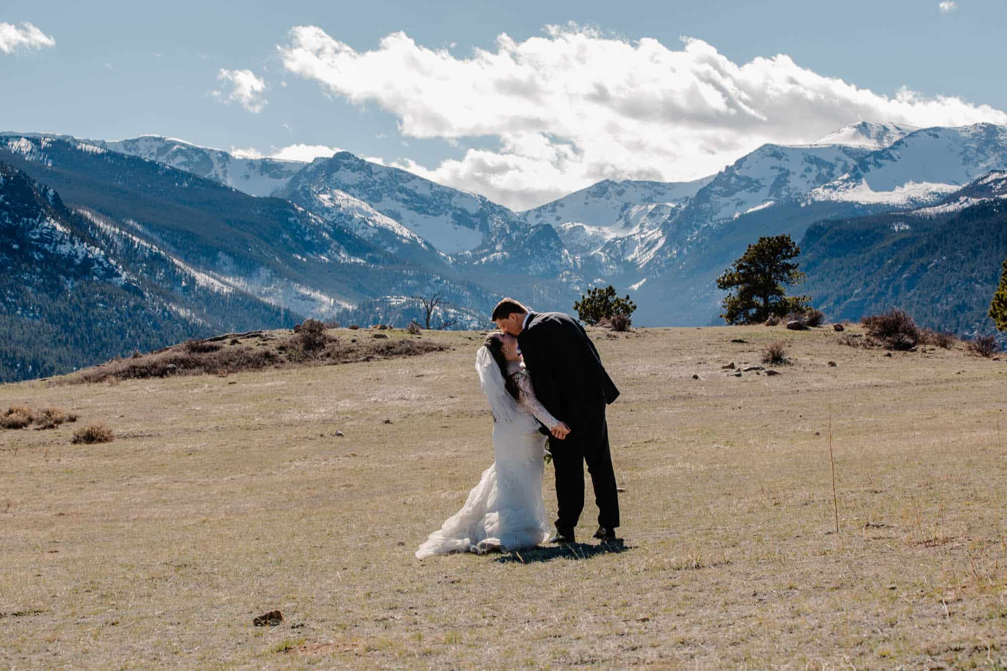 couple kissing in rocky mountain national park